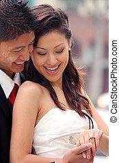 Schönes, glückliches, frisch verheiratetes Paar an ihrem Hochzeitstag