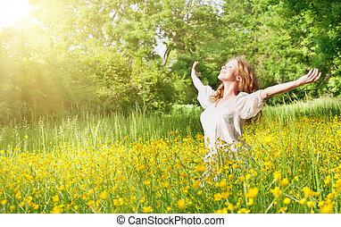 Schönes Mädchen, das die Sommersonne genießt