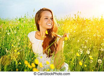 Schönes Mädchen draußen. Genießen Sie die Natur. Meadow. Freie Allergie