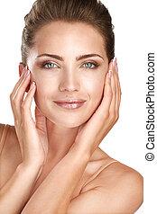 Schönes Modell, das ihr perfektes Hautgesicht zeigt