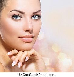 Schönes Portrait. Schöne Kurfrau, die ihr Gesicht berührt
