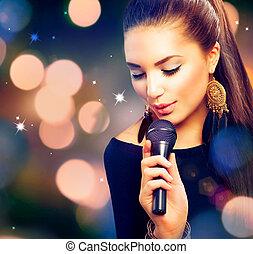 Schönes singendes Mädchen. Schöne Frau mit Mikrofon