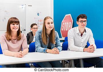 Schüler in Fahrstunden aufmerksam zuhören.
