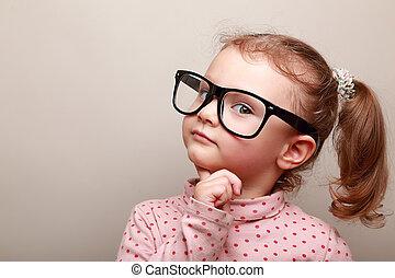 Schlau geträumtes Mädchen mit Brille