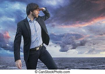 Schlauer Junge, der den Horizont beobachtet.