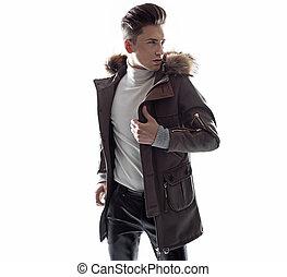 Schlauer junger Kerl mit trendigem Jaket.