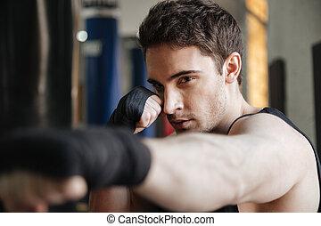 Schließen Sie die Aussicht auf Boxertraining in der Turnhalle