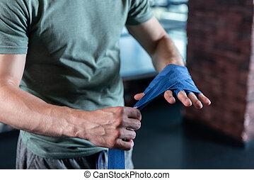 Schließen Sie die starken Hände des Sportsmann-Trainings in der Turnhalle