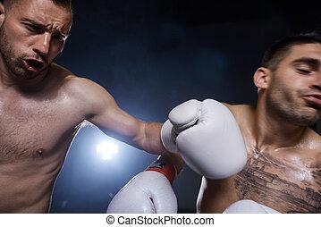 Schließt die Männerboxer in Aktion.