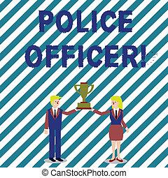 Schreibt Text, schreibt Polizeibeamte. Konzept bedeutet eine Demonstration, wer ein Offizier des Gesetzesvollzugsteams Mann und Frau in Business-Anzug hält die Meisterschaft Pokal zusammen.