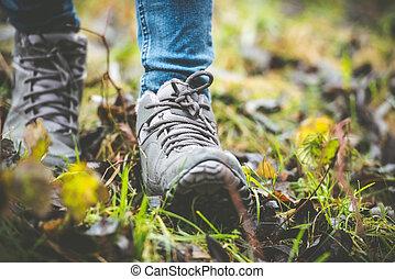 Schuhe in einem Wald.