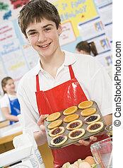 Schuljunge in einem Kochkurs