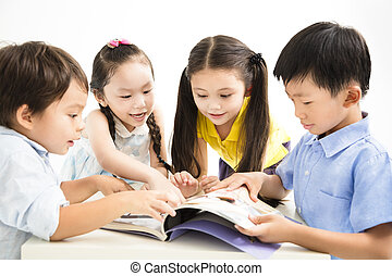 Schulkinder, die zusammen lernen.