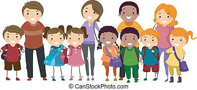 Schulkinder und ihre Eltern.