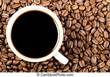 Schwarzer Filterkaffee auf Kaffeebohnen mit Kopienraum