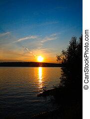 Seelandschaft mit Sonnenuntergang