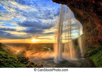 Seljalandfoss Wasserfall bei Sonnenuntergang in HDR, Eisland.