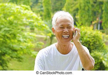 Senior am Telefon