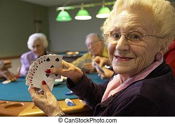 Senior Erwachsene spielen Bridge