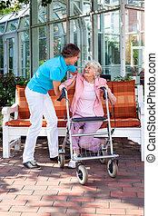 Senior Lady mit einer Pflegeassistentin oder ihrer Tochter.