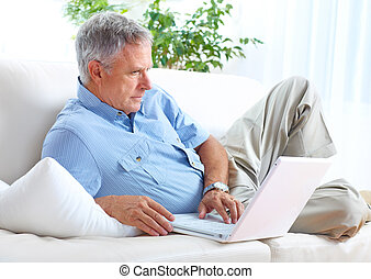Senior Mann mit Laptop