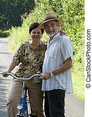 Senior-Pärchen-Zykling