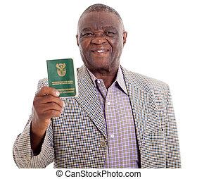 Senior Südafrikanischer Mann mit Ausweispapier