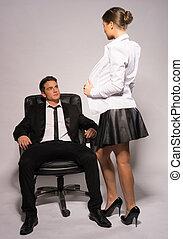 Sexy Frau, die Körper an den hübschen Boss zeigt