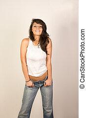 Sexy Frau in Jeans und Tanktop