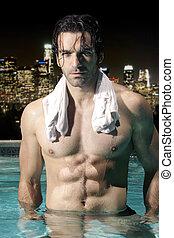 Sexy Mann im Pool