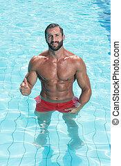 Sexy Mann im Schwimmbad.