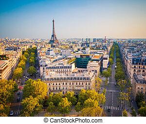 Sicht auf Paris bei Sonnenuntergang