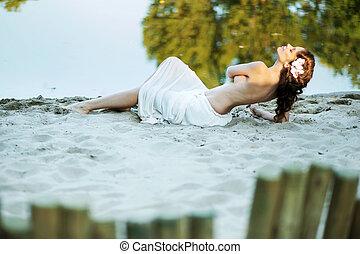 Sie lag auf dem weißen Sand.