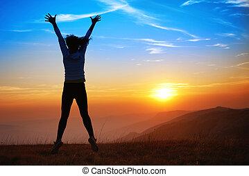 Silhouette der glücklichen jungen Frau.