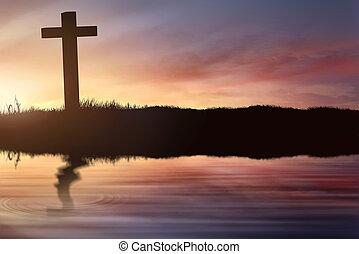 Silhouette des christlichen Kreuzes auf dem Feld mit verschwommenem Spiegel.