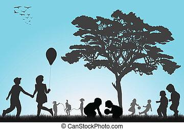 Silhouetten von Kindern, die draußen spielen.
