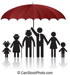 Silhouettes der Familie unter dem Schirm