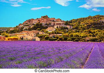 Simiane la Rotonde Dorf und Lavendel. Provence, France