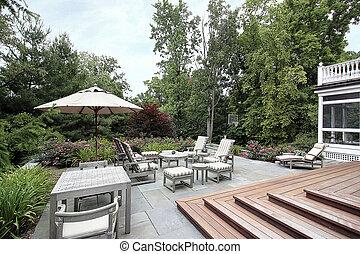 Slate patio mit hölzernen Treppen