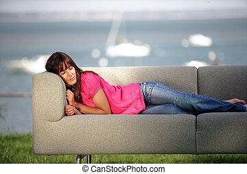 sofa, brünett, liegende , draußen