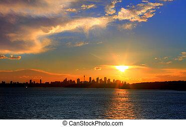 Sonne über Sydney Hafen mit Stadtsilhouette