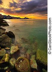 Sonnenuntergang über Stadt und Ozean