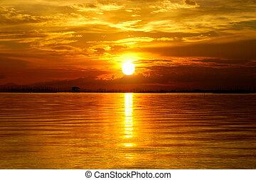 Sonnenuntergang am Abend. Schöne Wolken, goldener Himmel.