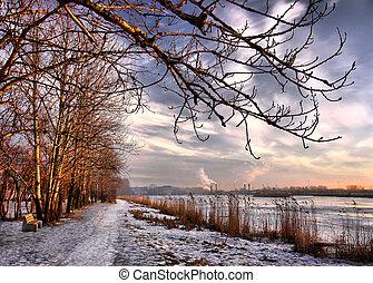 Sonnenuntergang am Ende des Winters, Stadtsee