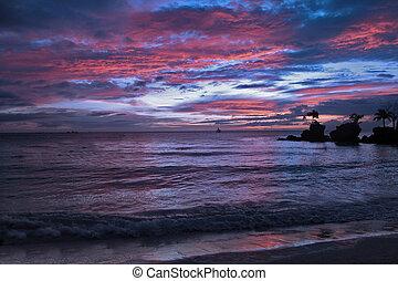 Sonnenuntergang in Thailand, weißer Sand und blauer Himmel