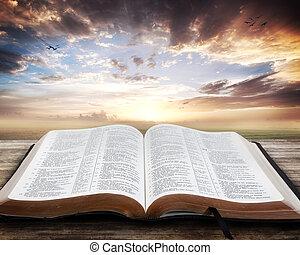 Sonnenuntergang mit offener Bibel