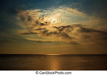Sonnenuntergang / Sonnenaufgang mit Wolken,
