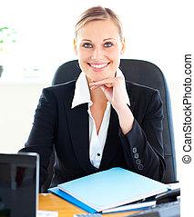 Sophistierte kaukasische Geschäftsfrau lächelt in die Kamera