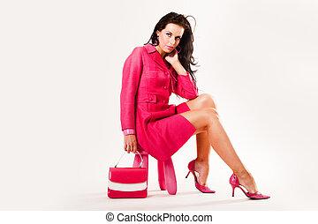 Sophistisches, sexy junges Model, das alles rosa trägt