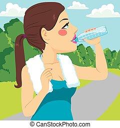 Sportfrau trinkt.
